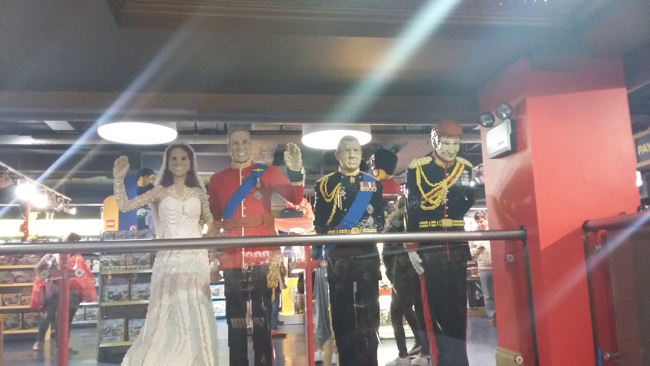 royal-family-lego-hamleys.jpg