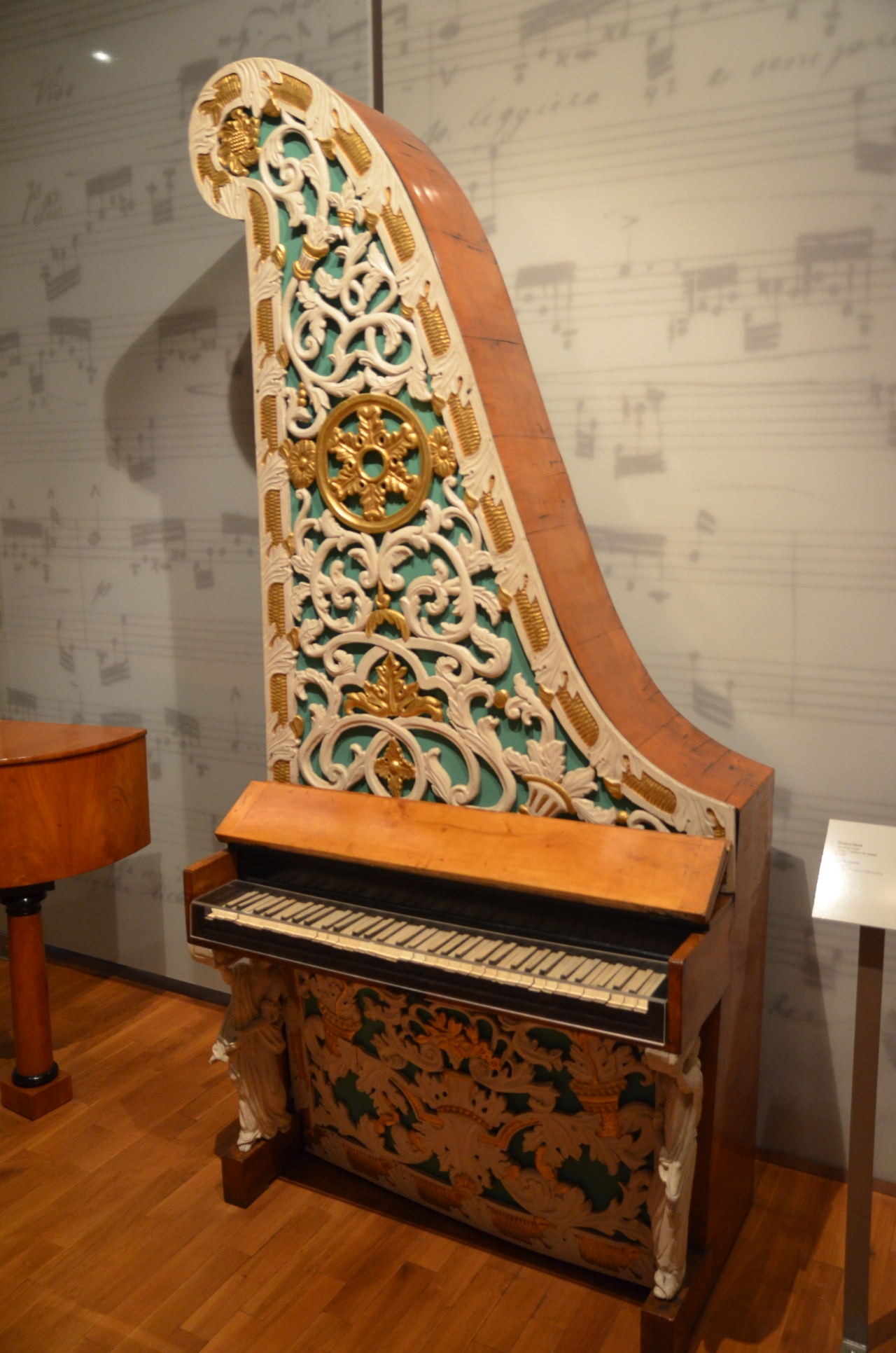 piano-girafe-prague-museum.jpg