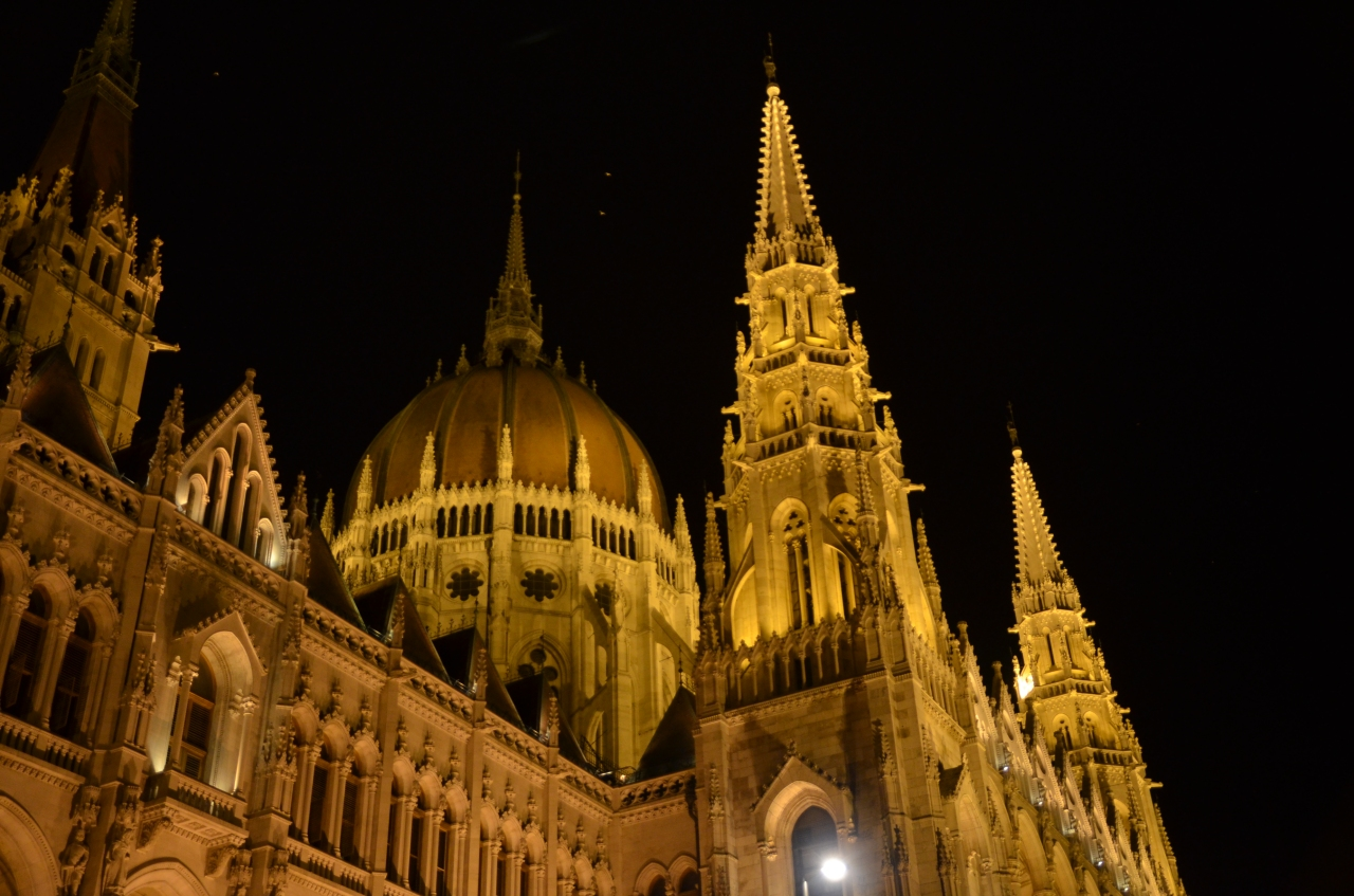 parlement-budapest-by-night.jpg